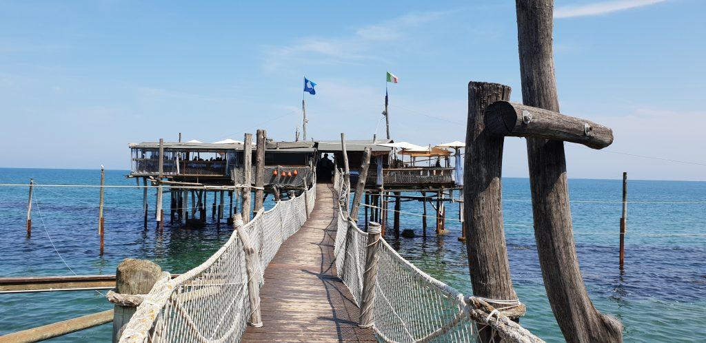 Il ponte in legno che ci porta al Trabocco